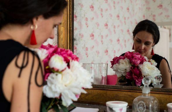 Aude Saubens prépare un bouquet de fleur pour un mariage